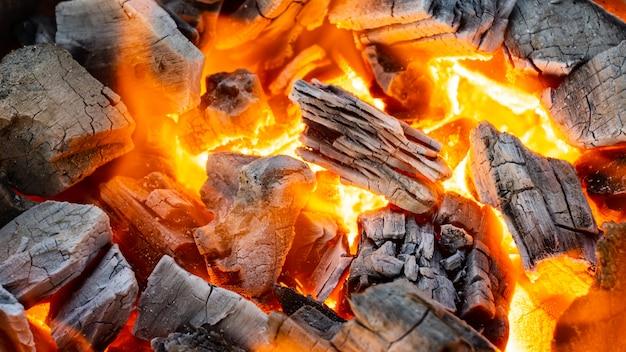 グリルメニュー用炭の燃焼、接写撮影 Premium写真