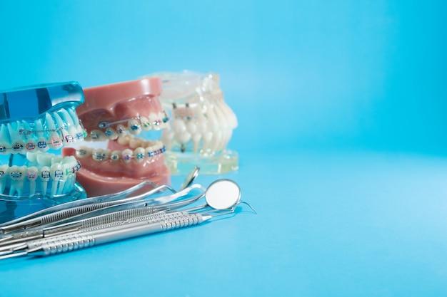 歯列矯正モデルと歯科用ツール Premium写真