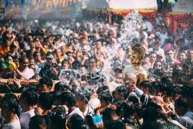 ソンクラーン祭り、タイの仏像水式 Premium写真