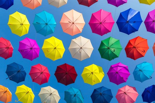 Красочный фон зонтики. красочные зонтики в небе. Premium Фотографии