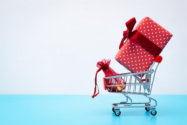 Черная пятница продажа, корзина для покупок и подарочная коробка с карманными деньгами Premium Фотографии