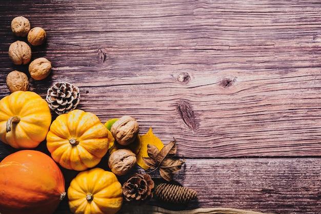 幸せな感謝祭、カボチャ、ナッツ、木製テーブル Premium写真
