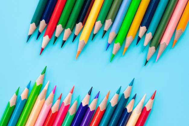 多様性の概念青の背景にミックス色鉛筆の行 Premium写真