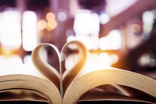 Книга в форме сердца, валентина, мудрость и концепция образования, всемирная книга и день авторского права Premium Фотографии