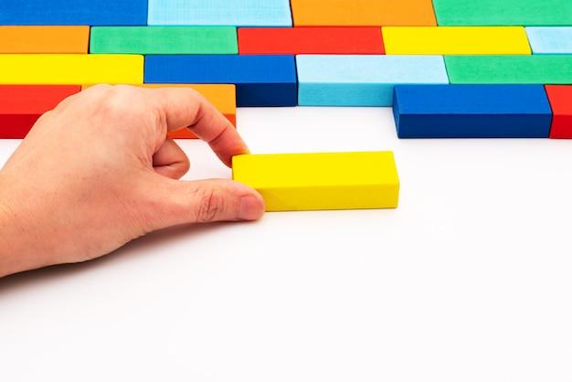 ビジネスソリューションの概念、空白のスペースに収まる木のブロックのパズルのピースを埋める Premium写真