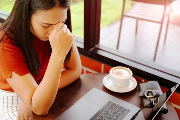女性はラップトップで長い間働いてみました Premium写真