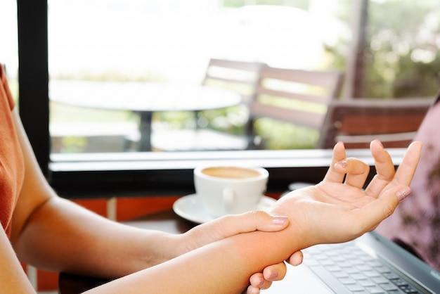 女性の手首の手腕の痛みは、マウス作業を長く使用します。オフィス症候群の医療と医学の概念 Premium写真