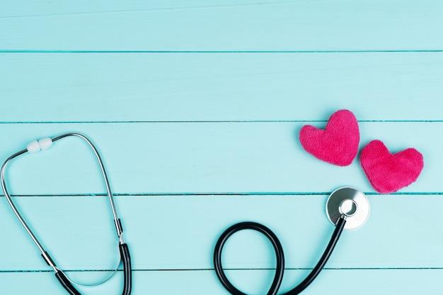 世界心臓健康デーのコンセプトと赤いハートと聴診器のヘルスケア医療保険 Premium写真