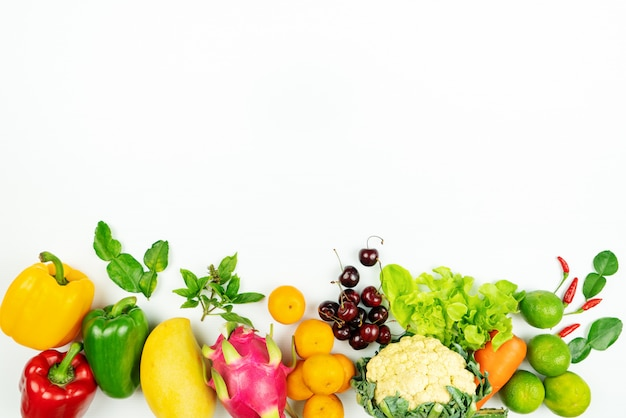 新鮮な果物と野菜。新鮮な生の有機野菜のフラットレイアウト Premium写真