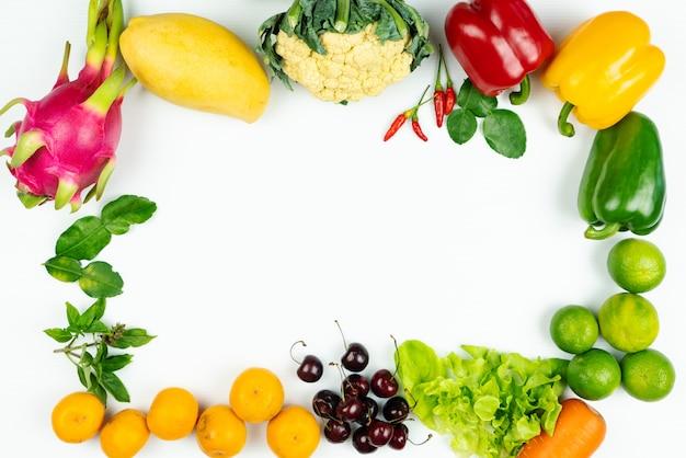 新鮮な果物と野菜。新鮮な生の有機野菜のフレーム Premium写真