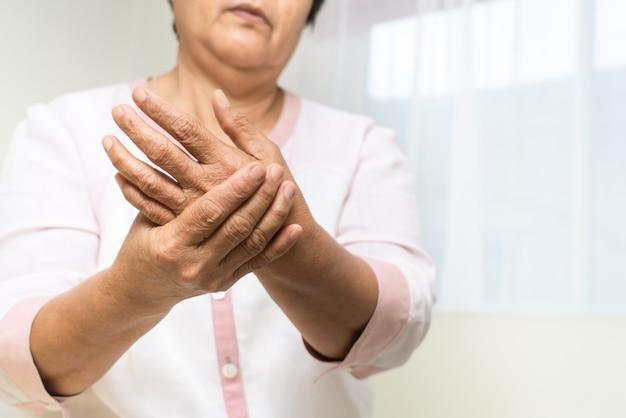 Боль в запястье руки старухи, проблема здравоохранения старшего концепции Premium Фотографии