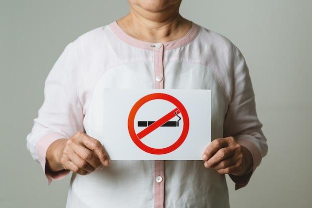 Бросить курить, день без табака, мать держит знак не курить Premium Фотографии