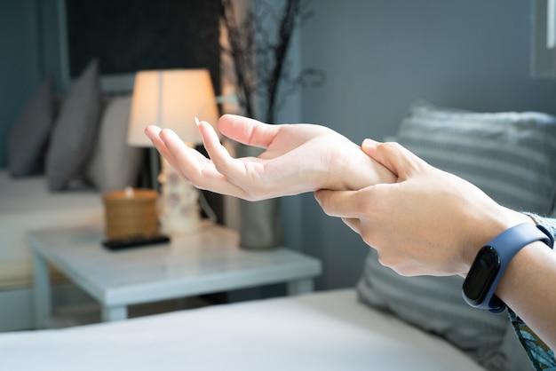 女性の手首の腕の痛み。オフィスシンドローム医療と薬のコンセプト Premium写真