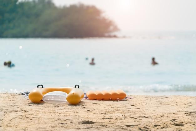 ビーチの夏のビーチ・スイム・リング・インナー・チューブ。トロピカルビーチの風景 Premium写真