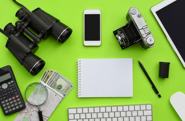 緑の机の背景にアクセサリーのフラットレイアウト Premium写真