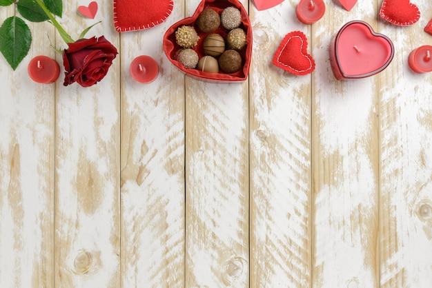 День святого валентина романтическое украшение с розами и шоколадом на белом фоне деревянный стол Premium Фотографии