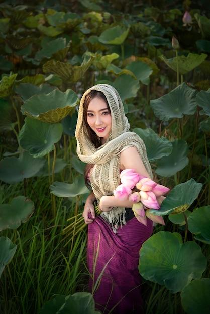 睡蓮を収穫する女性 Premium写真