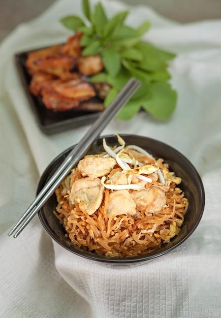 豚肉の炒め麺 Premium写真