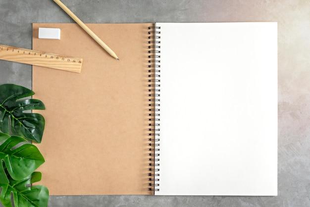 空白のスケッチブックと緑の葉 Premium写真