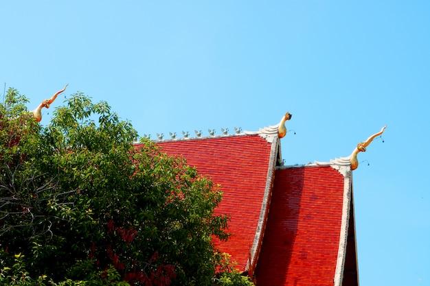 大きな赤い寺院の屋根は、端の側面の側面にあります Premium写真