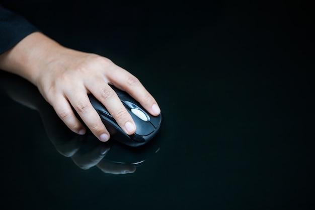 Крупный план руки бизнесмена на компьютерной мыши Premium Фотографии