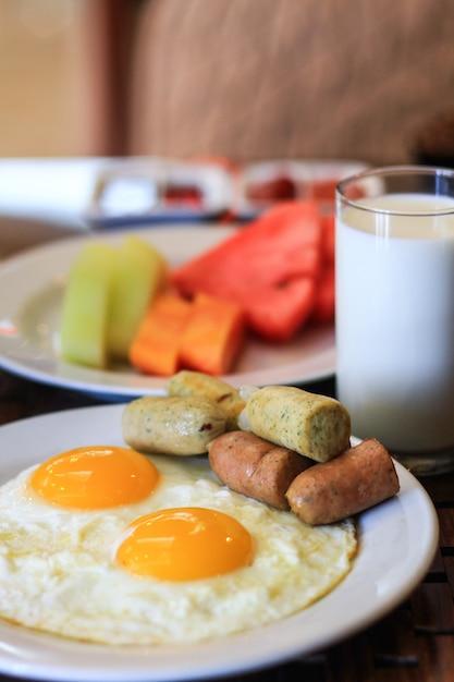 卵のミルクとフルーツの朝食時間 Premium写真
