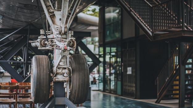 Капитальный ремонт колес и тормозов самолетов Premium Фотографии