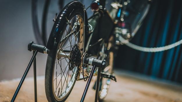 Показать черный велосипед Premium Фотографии