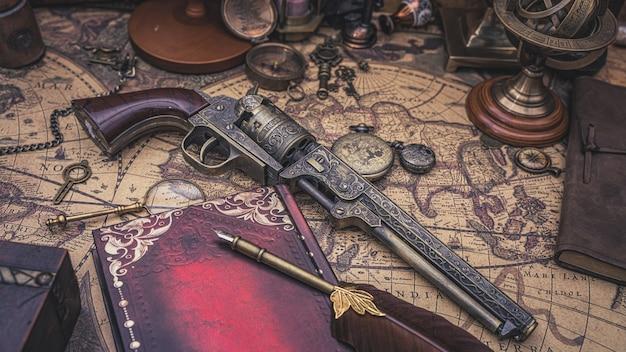 Старинное огнестрельное оружие на старой карте Premium Фотографии