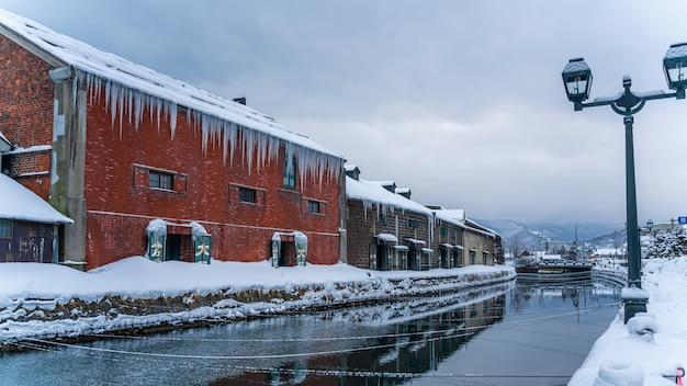 小樽運河を望む伝統的な建物 Premium写真