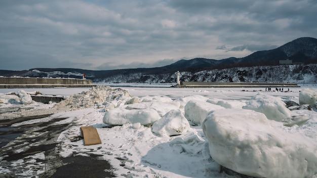 Таяние снега пейзаж Premium Фотографии