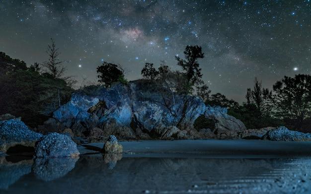 きらめき星ビューの背景を持つ岩海ビーチ Premium写真