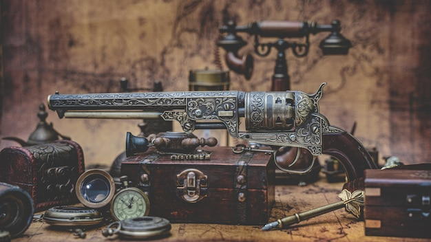 オールドコレクションブロンズガンとアイテムアドベンチャーツール Premium写真