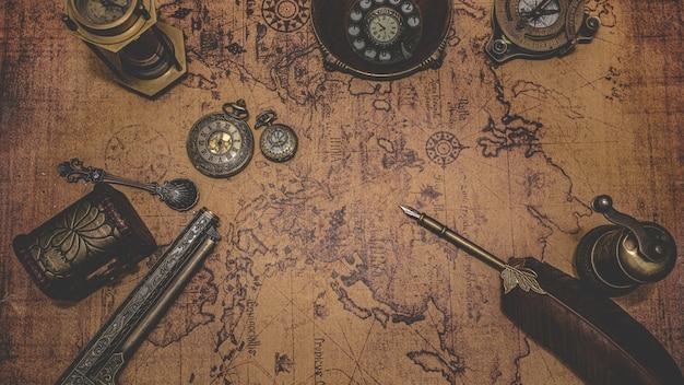Старинный бронзовый старый предмет коллекционирования на карте старого света Premium Фотографии