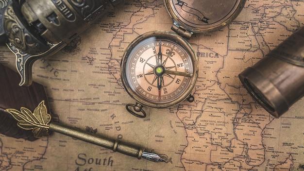 アンティークコンパスと旧世界地図の羽ペン Premium写真