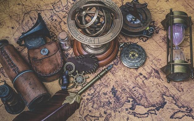 旧世界地図上のアンティークコレクション Premium写真
