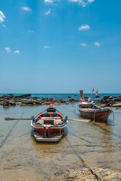 海のビーチに停泊するボート Premium写真