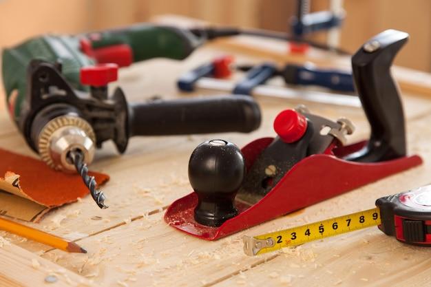 Деревообрабатывающий инструмент на стол плотника Premium Фотографии