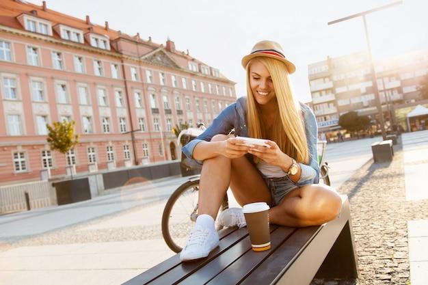 自転車を持つスタイリッシュな女 Premium写真