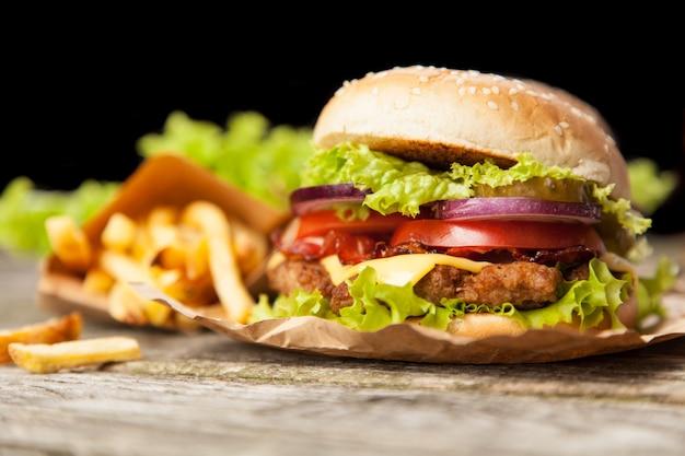 Вкусный гамбургер и картофель фри Premium Фотографии
