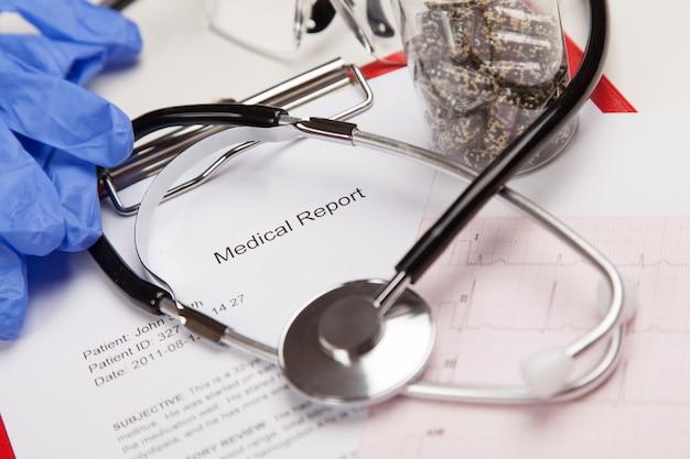 医療レポートと心電図 Premium写真
