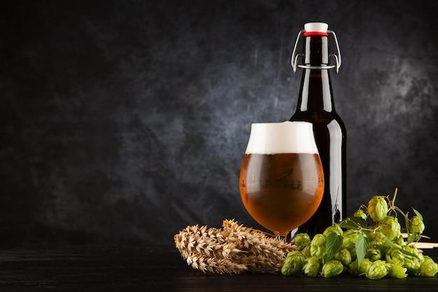 暗い背景上のビールのグラス Premium写真