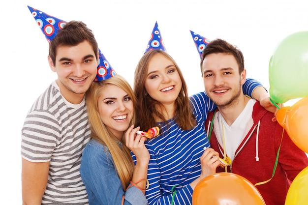 誕生日パーティーを持つ若い人々のグループ Premium写真