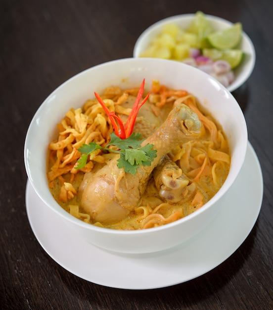 カオソイ、カレー麺、タイ料理 Premium写真