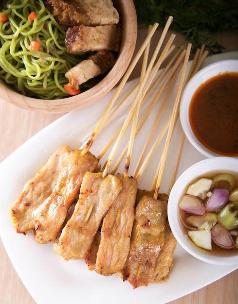 アジア料理 - ピーナッツソース添えポークサテー Premium写真