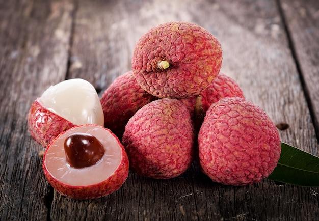 Личи фруктовые на деревянные Premium Фотографии