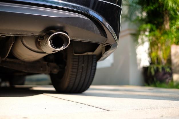 車の底にステンレスの排気管。 Premium写真