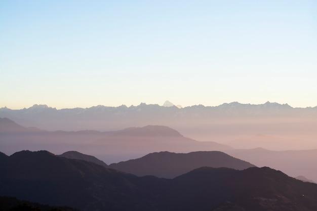 朝、風景の空を背景に山脈 Premium写真