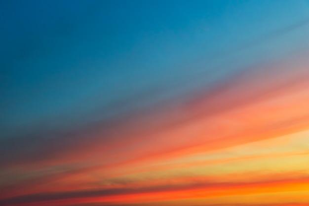 オレンジ色の雲とコピースペースと雲の切れ間から太陽のオレンジ色の光 Premium写真