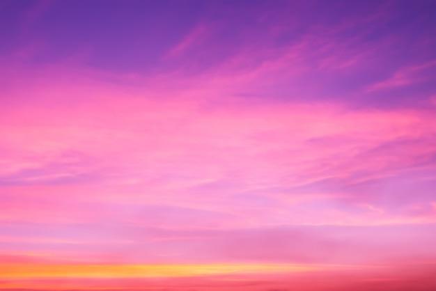 ピンクの雲とコピースペースと雲の切れ間から太陽のピンクの光 Premium写真